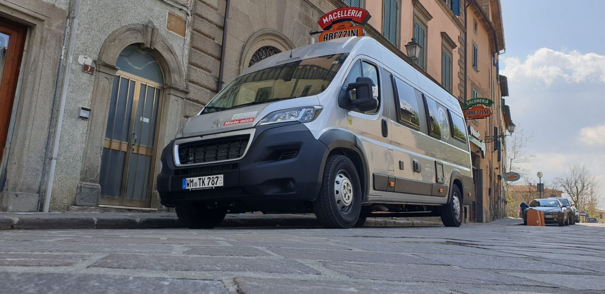Unser Van in einer kleinen, typisch toskanischen Stadt
